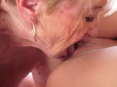 Mature lesbo toying younger babes pussy