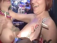 Порно вечеринки дают бусы за стриптиз мексиканская большой